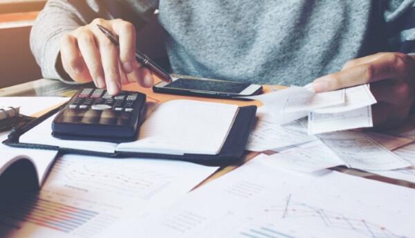 paying bills - istock/wutwhanfoto